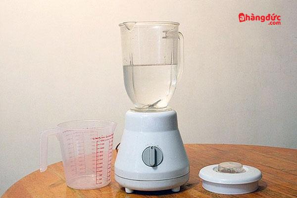 Đổ nước vào máy xay sinh tố