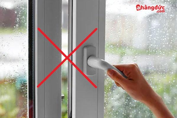 Không mở cửa khi máy hút ẩm đang chạy