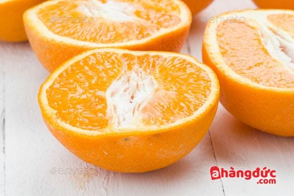 Cắt đôi quả cam trước khi sử dụng