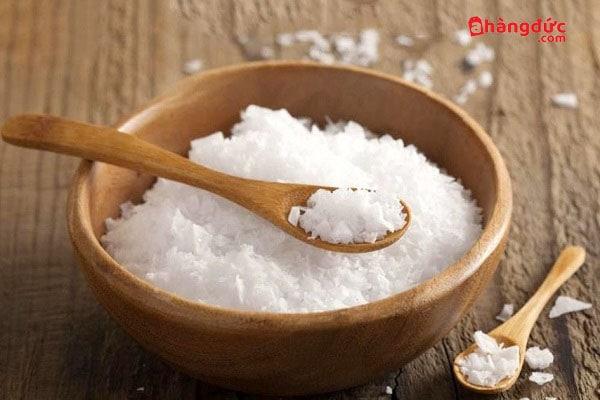 Rưới ít muối vào dầu nóng trước khi chiên