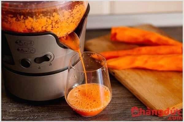 Làm nước ép cà rốt bằng máy ép trái cây