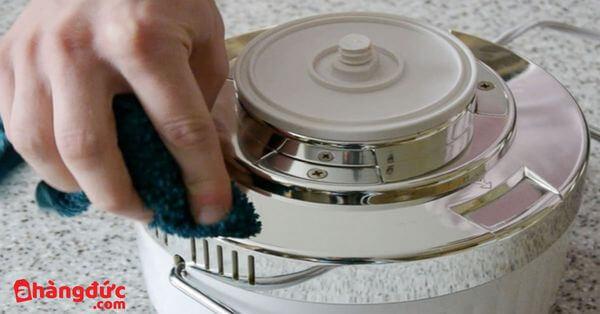 Làm sạch các bộ phận máy ép trước khi sử dụng